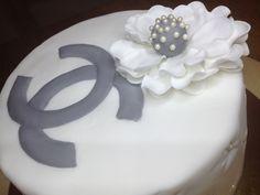 Gâteau CHANEL Réalisé pour une jeune femme élégante à l'occasion de son anniversaire. Il s'agit d'un assortiment de 3 chocolats noir au lait et praliné le tout agrémenté d'une crème au beurre meringuée vanille. La décoration est quand à elle réalisée...