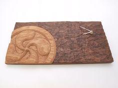Reloj con lauburu tallado en madera de roble en altorrelieve, tratado con betún judaico a dos tonos.  Dimensiones:40×20cm.aprox.