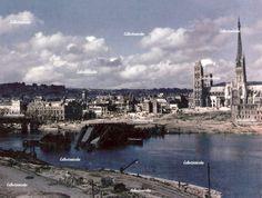 Rouen fin 1944 : le pont sur la Seine est détruit, tandis que la cathédrale, endommagée, est encore debout. Entre le fleuve et le monument, le quartier est rasé.