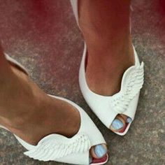 White peep toe pumps with winged decorations Dream Shoes, Crazy Shoes, Cute Shoes, Me Too Shoes, Pretty Shoes, Outfit Trends, Shoe Closet, Mode Style, Beautiful Shoes