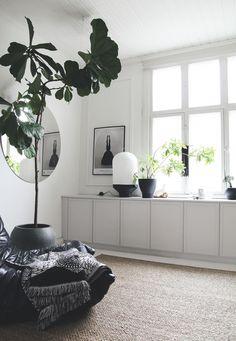 4 sätt att fuska fram platsbyggd känsla med IKEA-skåp Room Inspiration, Interior Inspiration, Design Scandinavian, Scandinavian Apartment, Deco Buffet, Living Room Decor, Living Spaces, Wall Cabinets Living Room, Interior And Exterior