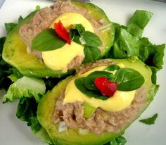 Palta Reina (Queen avocado stuffed with tuna) Chile, Entrees, Hamburger, Salads, Avocado, Mexican, Favorite Recipes, Heart, Ethnic Recipes