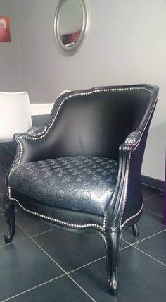 fauteuils deco relooké esprit baroque avec coussin tête de mort bois noir paillettes