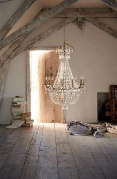 grand lustre, chandelier pampilles et sol en bois