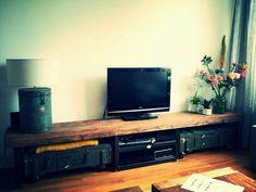 Supergaaf industrieel TV-meubel van metaal met stoere Russische legerkisten eronder.