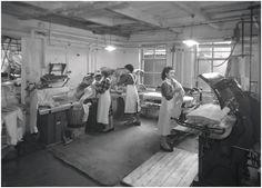 Het persen van textiel door medewerksters van de strijkafdeling - Foto Starink (fotograaf) 1960