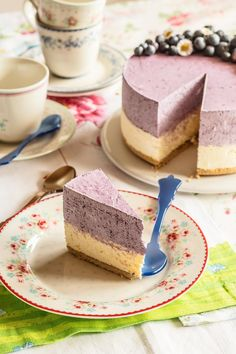 lemon blueberry shared by Ʈђἰʂ Iᵴɲ'ʈ ᙢᶓ on We Heart It Sweet Desserts, Sweet Recipes, Delicious Desserts, Cake Recipes, Dessert Recipes, Sally Backt, Lemond Curd, Raw Cake, Mousse Cake