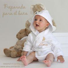 Cuando el bebé es recién nacido siempre es más cómodo y práctico utilizar una capa de baño a la hora de secarle. Pero cuando ya tienen algunos meses, puedes utlizar el albornoz. En El Recien Nacido puedes encontrar éstos albornoces tan divertidos con un conejito bordado. El albornoz tiene capucha.