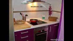 Muebles de cocina en berengena alto brillo y encimera Compac blanco absolut