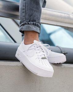Back to Basics avec les Nike AF1 blanches 🔥🔥 Baskets Nike Air Force 1 Sage Low White, dispo sur RunBabyRun // Click to Shop.