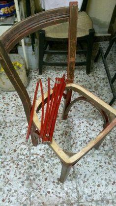 Esta silla esta en proceso de restauración, ahora le estoy quitando la pintura
