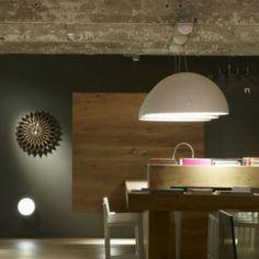 Skygarden est une collection de suspensions et de plafonniers dessinés par le talentueux Marcel Wanders pour la marque Flos. Cette suspension est pourvue d'une coupole contemporaine lisse qui recouvre avec effet l'intérieur en plâtre rappelant les plafonds des habitations bourgeoises d'autrefois.