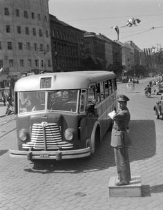 Ez ugyan nem Ikarus, hanem egy Rába, de azért beleillik a sorba. Bus Engine, Tramway, Bus Coach, Commercial Vehicle, Classic Cars, Classic Auto, Old Pictures, Historical Photos, Old Cars
