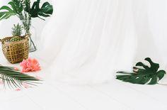 Inspiration für die Hochzeit mit großen Palmblättern, Monstera und Annanas (www.noni-mode.de - Foto: Katja Heil)