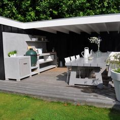 Prachtige veranda met buitenkeuken tafel van MAEK meubels
