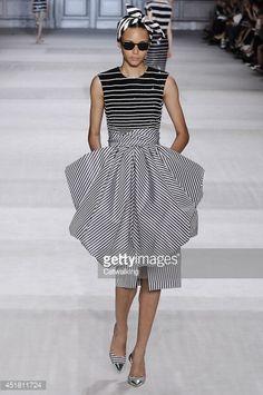 """Os designers também adotaram a  tendência das bandanas mas com a diferença em que não há o uso do padrão que as tornou tão característica. Sendo o que se torna semelhança a forma como o lenço é usado na cabeça com o nó. Imagem de Giambattista Valli - Couture Fall 2014 Runway - Paris Haute Couture Fashion Week """""""