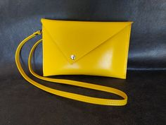 24x15cm. Très joli cuir de chèvre jaune d'or. Tannage végétal. Rabat avec pression. Sangle amovible.  Une création originale de Daniel N. Cuirfirever. 49 € Artisan, Creations, Bags, Fashion, Saddle Bags, Belt, Yellow, Handkerchief Dress, Boucle D'oreille