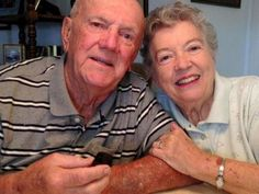 Rayakan Ultah Pernikahan, Pasangan Ini Makan Kue Pengantin Berusia 61 Tahun
