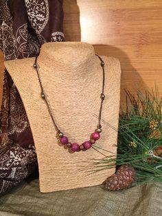 Collar de hilo encerado marrón con cuentas doradas, de madera y color morado. Waxwd cord necklace decorated with golden, wooden and purple beads. #AbaloriosAlcoba #Moda #Abalorios #Fashion #Beads #Golden #Dorado #Wooden #Madera #MicroMacrame #Macrame #Collar #Necklace
