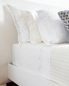 Gosto quando o lençol e colcha ficam presos embaixo do colchão. E vocês? No nosso post de hoje falamos sobre isso com os experts no assunto da @valencien_oficial, loja de roupas de cama e banho que amamos. O post completo está no nosso site: www.vamosreceber.com.br #vamosreceber #valencien