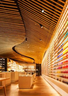 World Architecture Community News - Kengo Kuma designed a wave of bamboo for the interior of 'Pigment' shop in Tokyo Bamboo Roof, Bamboo Ceiling, Ceiling Grid, Ceiling Canopy, Timber Ceiling, Bamboo Art, Kengo Kuma, Bamboo Architecture, Interior Architecture