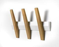 Tangent+5++Knagerække+-+Hvid/eg+-+Tangent+knagerække+fra+Hoigaard+Design+i+hvid+med+fem+knager.+Enkelt+og+lækkert+design+med+funktionelle+knager,+der+sørger+for+at+tøjet+ikke+glider+ned.