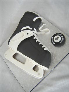 what a cute cake to celebrate the end of hockey season Hockey Birthday Cake, Hockey Birthday Parties, Hockey Party, Boy Birthday, Birthday Ideas, Birthday Cakes, Sports Birthday, Ice Skating Party, Skate Party
