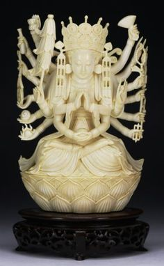 A Chinese Antique Ivory Carved Guanyin : Lot 204