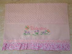 Toalha de lavabo bordada com nome e desenho e acabamento em tecido de algodão