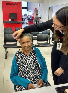 Dona Lazinha Rodrigues, de 89 anos de idade, esteve no Poupatempo Birigui, com a filha, para fazer o RG. Na hora da foto, pediu à filha Iracema: - Filha, não vou tirar a foto sem passar um pó de arroz no rosto. A filha disse que não tinha o pó de arroz, e ouviu da mãe que ela preferia voltar outra hora, maquiada.  A atendente Michelle ofereceu-se, então, para ajudar. Tirou da bolsa seu estojo de maquiagem e retocou o rosto da cidadã. A foto foi feita pela atendente Bruna.