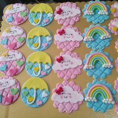 E vai ter muitas douçuras de chuva de amor por aqui #marybolosecia #festachuvadeamor #chuvadeamor Baby Girl Cupcakes, Bear Cupcakes, Fondant Cookies, Fondant Toppers, Polymer Clay Creations, Handmade Polymer Clay, Cloud Party, Cloud Decoration, Fondant Tutorial