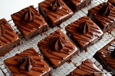 Amandine reteta originala de cofetarie | Savori Urbane Cacao Beans, Romanian Food, Fondant, Waffles, Good Food, Sweets, Candy, Chocolate, Baking