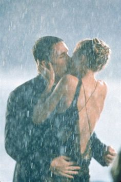 Pin for Later: The Best Movie Kisses of All Time Great Expectations It's a dramatic kiss in the pouring rain for Finnegan (Ethan Hawke) and Estella (Gwyneth Paltrow).