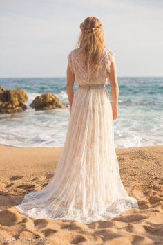 Vestidos de novia románticos y muy vintage para bodas en la playa #vestidosdenovia #bodasenlaplaya #espaldas #noviasvintage