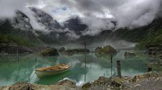 緑の山の湖でボート 湖 自然 高解像度で壁紙