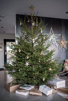 Un #alberodiNatale imponente, ma decorato in maniera sufficientemente sobria. #manlychristmas #natalevirile