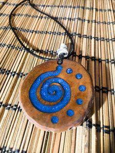 No te pierdas este artículo de mi tienda de #etsy: Collar de madera y resina azul Resin Jewelry, Leather Jewelry, Jewlery, Tiki Totem, Resin Furniture, Woodworking Projects Diy, Handmade Accessories, Art Nouveau, Friendship