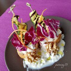 Crostoni con spiedino di zucchine grigliate, radicchio e carote con salsa al gorgonzola e noci...