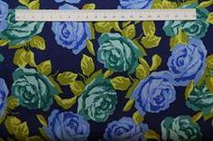 mørkeblå patchwork stof med både blå og grønne roser.