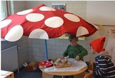 Kabouterhoek als huishoek in de herfst. Parasol met rood kleed en witte papieren stippen.