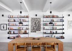 Table en bois et bibliothèques murales