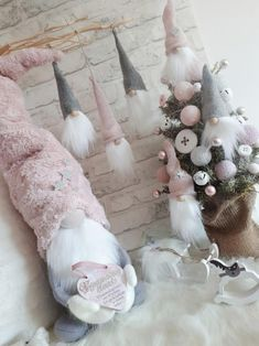 Škriatkovia , Vianočné dekorácie | Artmama.sk Pink Christmas Decorations, Diy Christmas Tree, Christmas Gnome, Christmas Wreaths, Arts And Crafts Box, Diy Crafts For Gifts, Christmas Trends, Craft Free, Craft Box