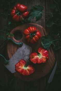 trendy ideas for fruit and vegetables photography heirloom tomatoes Fruit And Veg, Fruits And Vegetables, Food Styling, Vegetables Photography, Dark Food Photography, Photography Photos, Heirloom Tomatoes, Food Design, Food Pictures