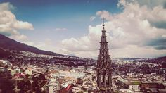 Quito (San Francisco de Quito) je najvyššie položeným hlavným mestom na svete s 2.7 miliónmi obyvateľov. Rozprestiera sa vo viacerých dolinách, pričom kopce Ánd oddeľujú geniálne koloniálne centrum a severné oblasti mesta od južných. Prelínanie kopcov a dolín pôsobilo na mňa dosť mätúco a neprehľadne. Aj keď som v Quite strávil 5 dní, doteraz netuším,...Lajkuj Šéruj Hejtuj Quito Ecuador, Paris Skyline, San Francisco, Travel, Viajes, Traveling, Tourism, Outdoor Travel