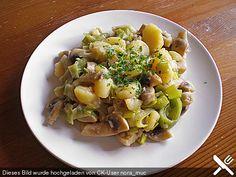 Pilzpfanne mit Lauch und Kartoffeln: 300 g Kartoffel(n), geschält 200 g Champignons, braune 2 Stange/n Lauch 1  Zwiebel(n) 2  Knoblauchzehe(n) 125 ml Gemüsebrühe 2 EL Öl   Salz und Pfeffer aus der Mühle   Muskat, frisch gerieben   Rosmarin 1 EL Crème fraîche fettreduziert oder Joghurt   Kräuter nach Geschmack, frisch oder TK