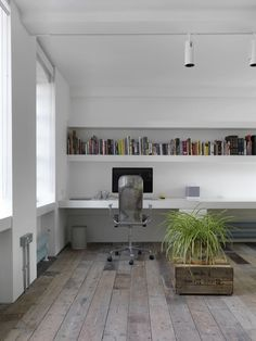 London loft designed by FORM Design Architecture. (via You'll Love This Warehouse Loft That's Both Minimal And Industrial « Airows) Loft D'entrepôt, Interior Architecture, Interior And Exterior, Form Architecture, Home Office Design, House Design, Warehouse Loft, Warehouse Apartment, Casa Clean