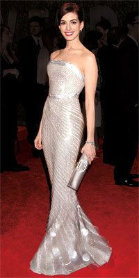 10 Best Oscar Dresses - Anne Hathaway in Giorgio Armani Prive from Vestidos Red Carpet, Red Carpet Gowns, Anne Jacqueline Hathaway, Anne Hathaway, Beautiful Gowns, Beautiful Outfits, Glamour, Elegant Dresses, Nice Dresses