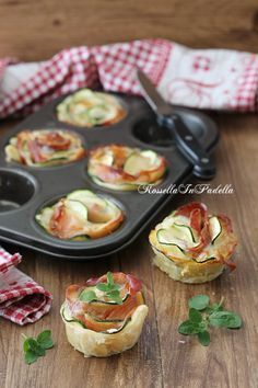 pizza - Rose di zucchine e speck, ricetta antipasto facile e sfizioso Courgette and speck roses, easy and tasty appetizer recipe Very easy to prepare puff pastry roses with zucchini and speck, a I Love Food, Good Food, Yummy Food, Easy Appetizer Recipes, Yummy Appetizers, Rose Pasta, Snacks Für Party, Food Platters, Appetisers