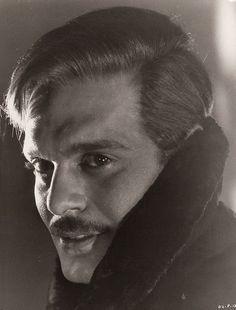 "Omar Sharif en ""Doctor Zhivago"", That soulful face. Enjoy that heavenly eternal bridge game Habibi. Golden Age Of Hollywood, Hollywood Stars, Classic Hollywood, Old Hollywood, Hollywood Actor, Old Movies, Great Movies, Dr Zhivago, Doctor Zhivago"