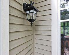 Revêtement extérieur de bois maibec utilisé: lambris clin rainuré, planche et couvre-joint, moulures